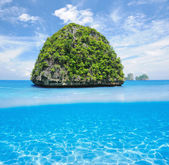 Uninhabited island with white sand bottom underwater view — Foto Stock