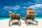 Coppia nel verde su una spiaggia alle maldive — Zdjęcie stockowe