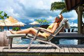 Vrouw op een tropisch strand steiger — Stockfoto