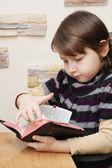 Menina com bíblia — Foto Stock