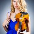 Woman with violin in studio - Foto Stock