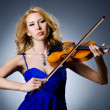 Woman with violin in studio — Stockfoto