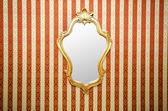 Espelho ornamentado na parede — Foto Stock