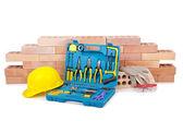 Conceito de construção com capacete e kit de ferramentas — Fotografia Stock