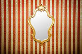 Miroir orné sur le mur — Photo