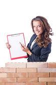 Kvinna builder och tegel vägg — Stockfoto