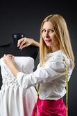 Kvinna skräddare arbetar på klänning — Stockfoto