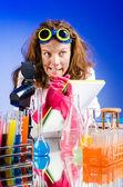 ラボでおかしい女性の化学者 — ストック写真