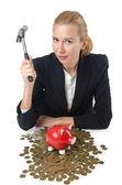 Mulher quebrando o banco piggy para poupança — Foto Stock