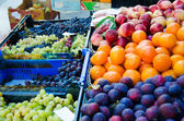 Fruits at the market stall — Stock Photo