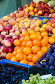 Fruits at the market stall — Stockfoto