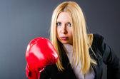 La mujer del boxeador en cuarto oscuro — Foto de Stock