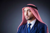 Empresario árabe aislado en cuarto oscuro — Foto de Stock