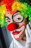 Lustige clown im studio zu schießen — Stockfoto