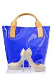 Elegantní tašky a boty na bílém pozadí — Stock fotografie