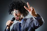 Mann mit afro-frisur singen im studio — Stockfoto