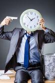 Adam saat ve kağıt yığını — Stok fotoğraf