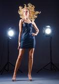 Junge attraktive frau im fotostudio — Stockfoto