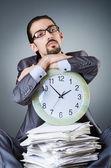Mann mit Uhr und Stapel von Papier — Stockfoto