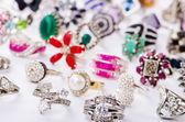коллекция ювелирные изделия кольца на белом — Стоковое фото