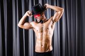 Acteur musclé avec masque contre rideau — Photo