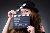 Frau mit movie clapper board — Stockfoto