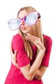 Hög modell med jätte solglasögon på vit — Stockfoto