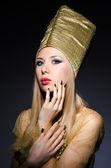 Junge model in personifikation der ägyptischen schönheit — Stockfoto