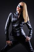 Attrative kvinna i läder kostym — Stockfoto