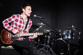 Man spela gitarr under konsert — Stockfoto