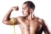 Muskulösen mann messen seine muskeln — Stockfoto