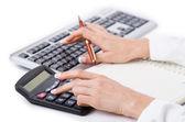 Manos trabajando en la calculadora — Foto de Stock