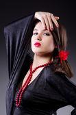 Jovem mulher atraente dançando flamenco — Foto Stock