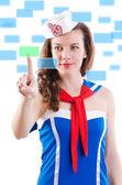 Ung kvinna sailorpressing virtuella knappar — Stockfoto