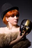 žena s maskou v pokrytectví koncepce — Stock fotografie