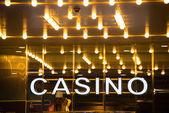 вход в казино в вечернее время — Стоковое фото