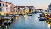 Venedig, Italien - 30 juni: utsikten från rialto-bron på den 30 juni, 201 — Stockfoto
