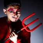 mężczyzna w stroju diabła w halloween koncepcja — Zdjęcie stockowe