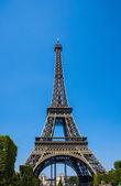 Eiffeltoren op heldere zomerdag — Stockfoto