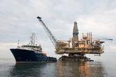 被拽在海中的石油钻机 — 图库照片