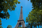 Eiffel tower on bright summer day — Zdjęcie stockowe