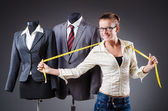 Krejčí žena pracující na oblečení — Stock fotografie