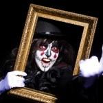 monstre avec cadre photo photo en chambre noire — Photo