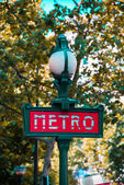Paris metro sign on bright day — Stockfoto