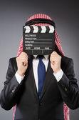 Arabische zakenman met film board — Stockfoto