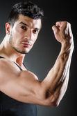 Muskulös man poserar i mörka studio — Stockfoto