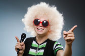 Man in afrowig singing with mic — 图库照片