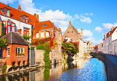 Piękny widok na kanał i most, czerwone dachy w brugii, bel — Zdjęcie stockowe