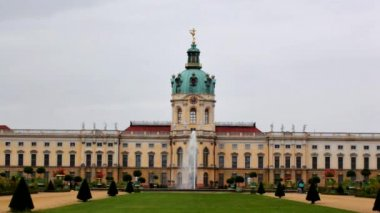 Fountain in the park of the palace Charlottenburg — Stock Video