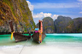 Traditional Thai boats in the Maya Bay of Phi-Phi island — Stock Photo